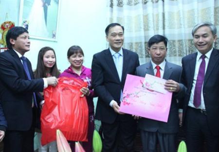 Phó Bí thư Tỉnh ủy Quảng Ninh thăm và chúc Tết gia đình công nhân